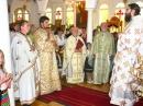 """Biserica """"Buna Vestire"""" şi """"Duminica Sfinţilor Români"""".  De la stânga la dreapta: părintele Cristian de la Cluj, părintele Petru, părintele Ioan Irineu Crăciun, părintele Godfrey O'Donnell (parohia """"Înălţarea Sfintei Cruci"""")/ l'Eglise de """"l'Annonciation et des Saints Roumains"""". De gouche à droite:P. Cristian de Cluj, P. Petru, P. Ioan Irineu Crăciun, P. Godfrey O'Donnell (Paroisse de """"l Exaltation de la Sainte Croix"""")"""